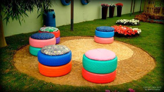 Asientos coloridos de neumáticos reciclaje