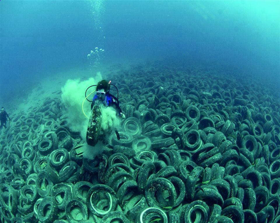 neumaticos en el mar